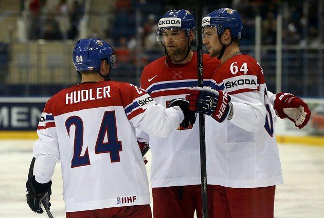 Střelec úvodního gólu Jiří Sekáč (vpravo) slaví svoji trefu se spoluhráči Jakubem Kindlem a Jiřím Hudlerem.
