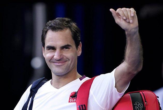 Roger Federer mává fanouškům po postupu do semifinále Australian Open
