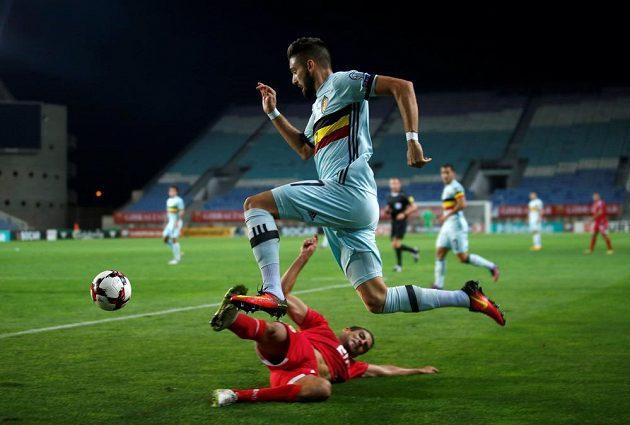Jean-Carlos Garcia z Gibraltaru (dole) se snaží zastavit Belgičana Yannicka Carrasca.