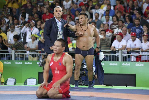 Takový konec zápasu mongolští trenéři nečekali. Rozhodčí udělili jejich svěřenci trestný bod a Mandakhnaran Ganzorig prohrál, což způsobilo rozčílení koučů, kteří se na prostest začali svlékat.