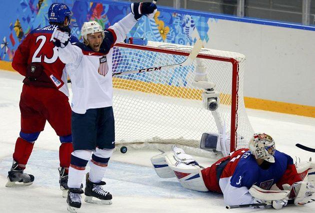 Američan Ryan Callahan (uprostřed) slaví gól spoluhráče Davida Backese (není na snímku) těsně před koncem první třetiny, český gólman Ondřej Pavelec inkasoval potřetí.