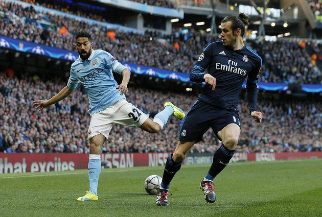 Gaël Clichy (vlevo) z Manchesteru City v souboji s Garethem Balem z Realu.