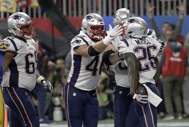Jediný touchdown! Hráč New England Patriots Sony Michel (26) slaví, jako jediný zaznamenal během Super Bowlu touchdown a byl klíčovým mužem zápasu. Spoluhráči mu hned přiběhli gratulovat.