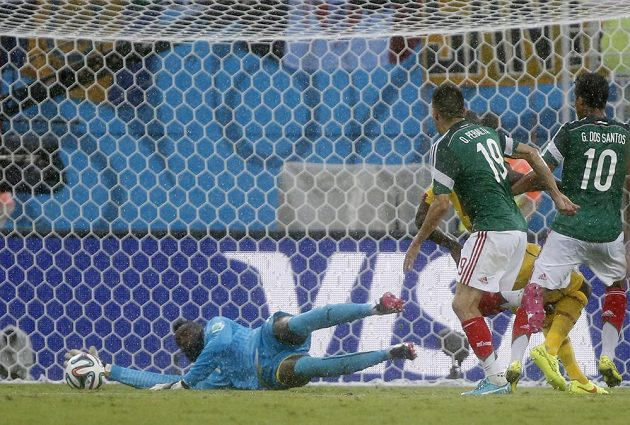 Mexický útočník Oribe Peralta (druhý zprava) překonává kamerunského brankáře Charlese Itandjeho a střílí úvodní gól svého mužstva na MS v Brazílii.
