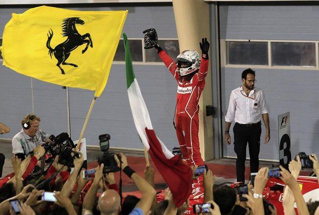 Ferrari oslavuje svého hrdinu Sebastiana Vettela...