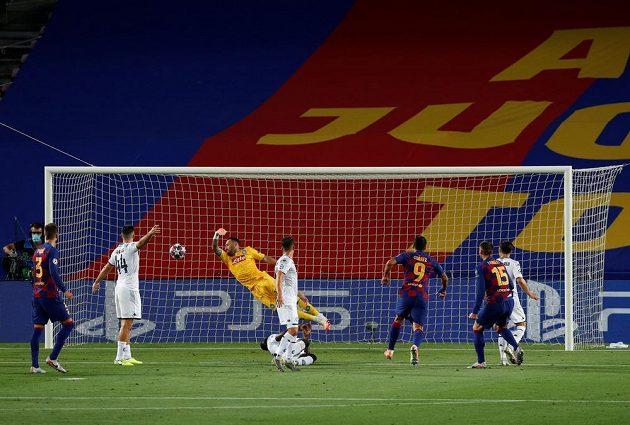 Clement Lenglet (15) dává první gól Barcelony proti Neapoli.