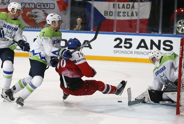 Tomáš Zohorna padá před slovinskou brankou po zákroku Klemena Pretnara.