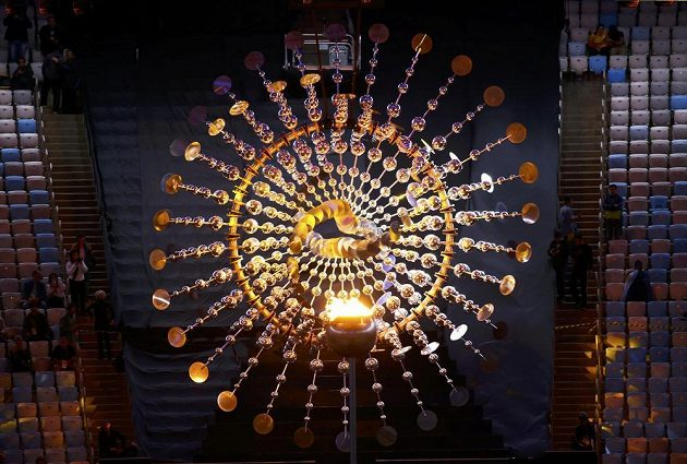 Olympijský oheň na počátku slavnostního zakončení.