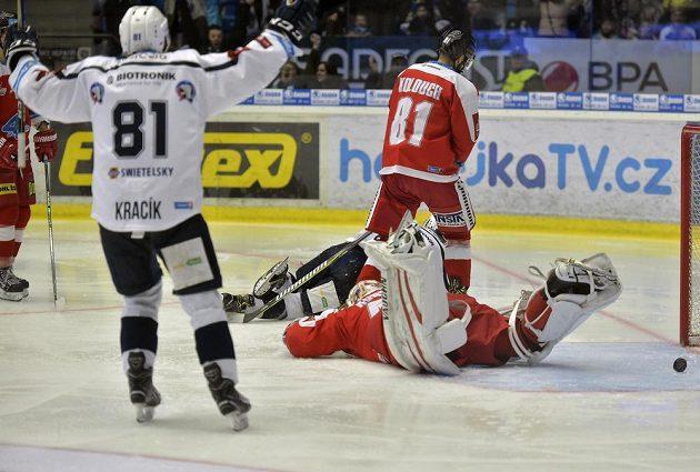Jaroslav Kracík z Plzně se raduje z gólu, který vstřelil jeho spoluhráč Jakub Pour (v pozadí leží na ledě).