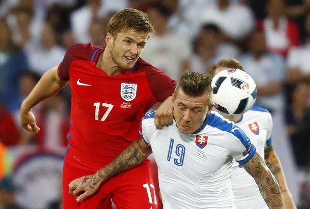 Anglický záložník Eric Dier bojuje o míč s Jurajem Kuckou (vpravo).