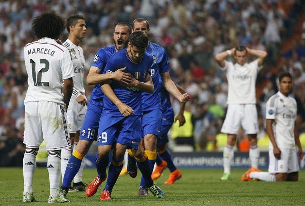 Alvaro Morata z Juventusu se raduje se spoluhráči z gólu proti Realu.