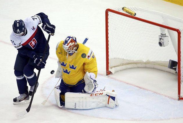 Slovenský útočník Radoslav Tybor (vlevo) se snaží překonat švédského brankáře Anderse Nilssona.