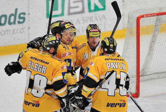 Hráči Litvínova se radují z gólu v utkání proti Mladé Boleslavi.