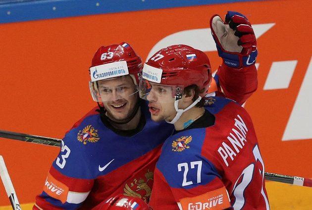 Ruští hokejisté Dadonov a Panarin slaví vstřelený gól proti Norsku.