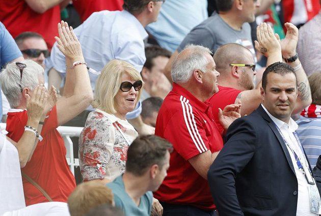 Rodiče velšské hvězdy Garetha Balea, Debbie a Frank, oslavují gól svého syna proti Anglii na EURO 2016.