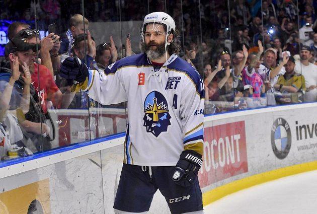 Jaromír Jágr z Kladna oslavuje s fanoušky postup do extraligy, který si hokejisté zajistili už v předchozím zápase v Českých Budějovicích.