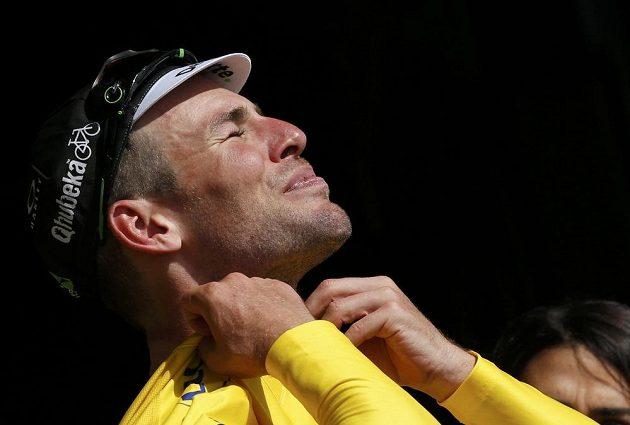 Britský spurtér Mark Cavendish se obléká do žlutého trikotu, po úvodní etapě vede Tour de France.
