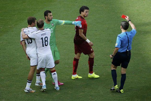 Rozhodčí Milorad Mazic (vpravo) ukazuje červenou kartu Portugalci Pepemu (uprostřed) v utkání MS s Německem.