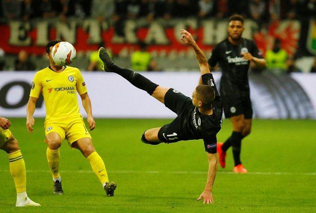 Domácí Mijat Gacinovič se pokoušel zakončit v akrobatické pozici