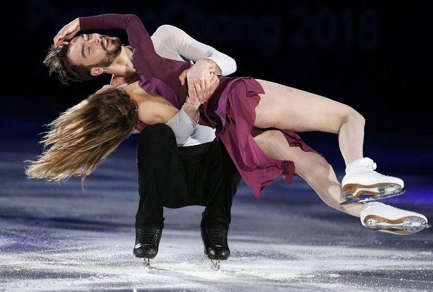 Druzí nejlepší krasobruslařští tanečníci Gabriella Papadakisová a Guillaume Cizeron z Francie při exhibici. Tentokrát bez problémů s kostýmem.