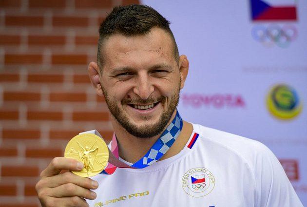 Judista Lukáš Krpálek pózuje se zlatou medailí z olympijských her v Tokiu.