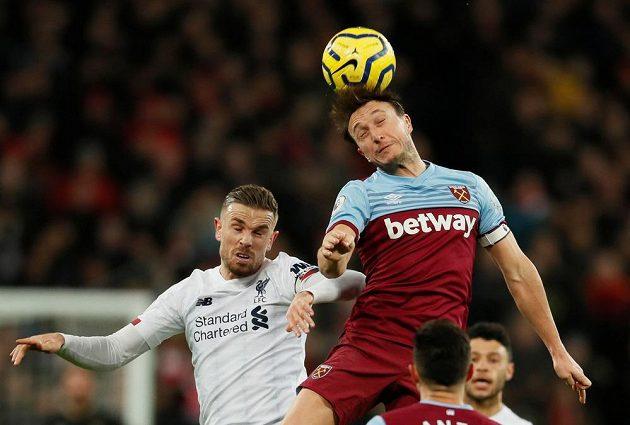 Liverpoolský fotbalista Jordan Henderson v hlavičkovém souboji s Markem Noblem z West Hamu United.