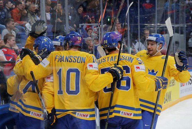 Hokejisté Švédska se radují z rozhodující branky proti Lotyšsku.
