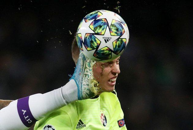 Fotbalista Dinama Záhřeb Dani Olmo v akci. Kopačka Joaa Cancela z Manchesteru City byla nebezpečně vysoko.
