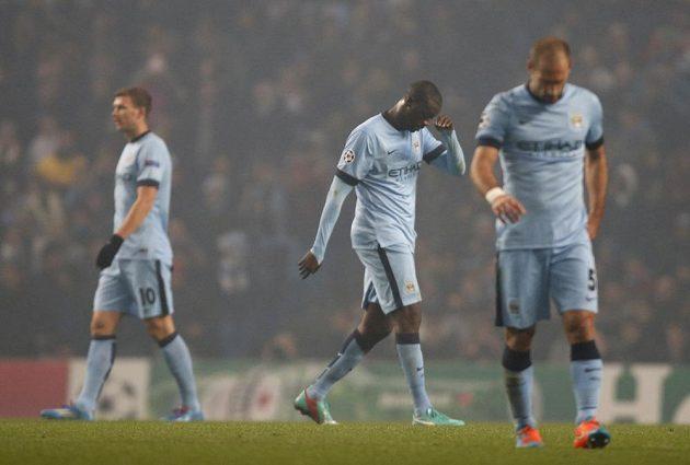 Fotbalista Manchesteru City Yaya Touré (uprostřed) opouští hřiště poté, co v duelu Ligy mistrů proti CSKA Moskva dostal červenou kartu.