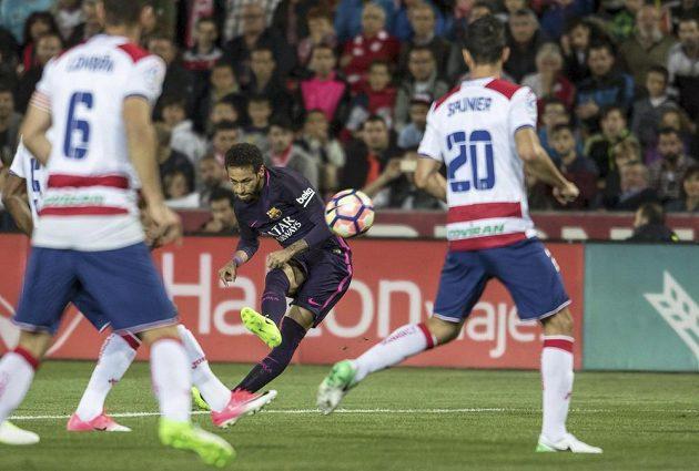 Brazilec Neymar ve službách Barcelony střílí v ligovém utkání proti Granadě.