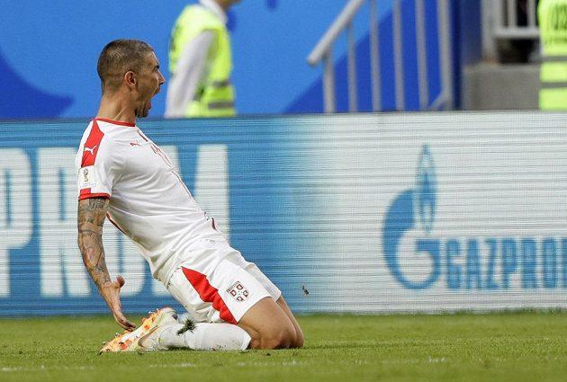 Serb Aleksandar Kolarov slaví, překonal kostarického brankáře Keylora Navase a přiblížil svůj tým k vítězství v utkání MS.