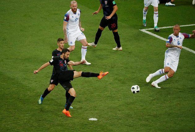 Chorvat Milan Badelj (19) se střelecky prosazuje proti Islandu.