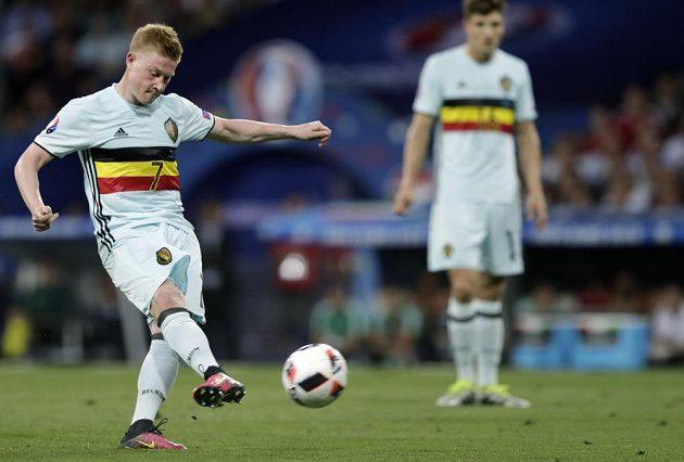 Belgičan Kevin De Bruyne kope během zápasu s Maďarskem.
