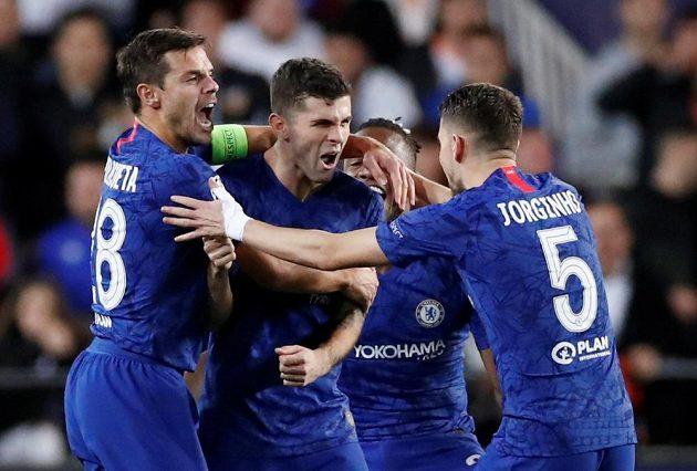 Christian Pulisic (uprostřed) se raduje se spoluhráči z Chelsea z gólu ve Valencii.