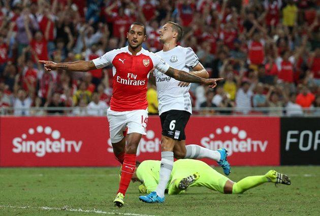 Theo Walcott z Arsenalu oslavuje svůj gól proti Evertonu.