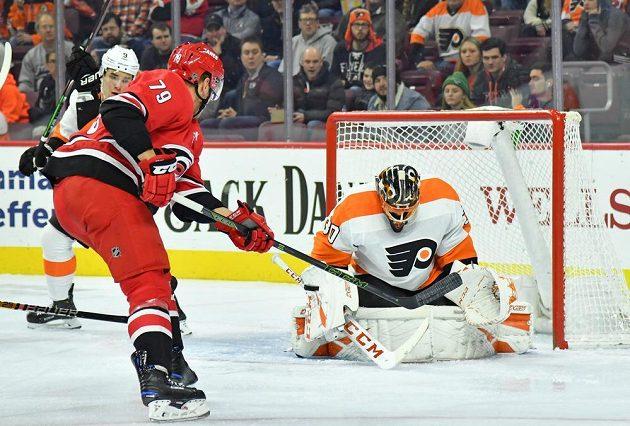 Gólman Philadelphie Flyers Michal Neuvirth zasahuje v utkání NHL s Carolinou Hurricanes.
