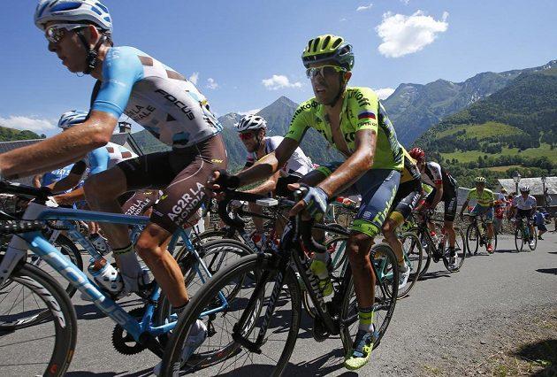 Romain Bardet (vlevo) a Alberto Contador při jednom ze stoupání v osmé etapě Tour.