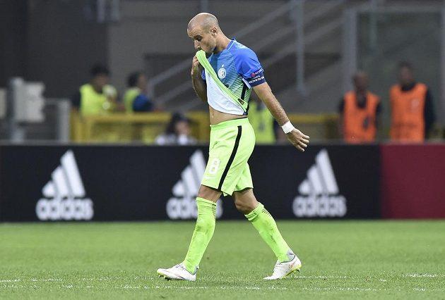 Frustrovaný argentinský útočník ve službách Interu Milán Rodrigo Palacio opouští hrací plochu.
