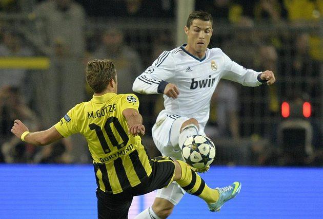 Dortmundský Mario Götze v souboji s Cristianem Ronaldem.