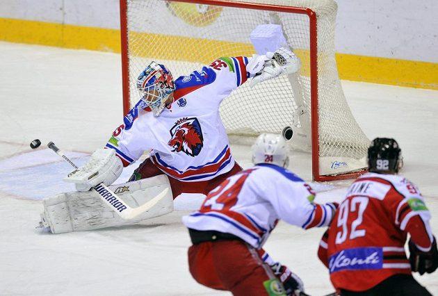 Zleva brankář Lva Petri Vehanen, obránce Lva Ryan O´Byrne a útočník Doněcku Teemu Laine ve čtvrtém utkání čtvrtfinále play off KHL.