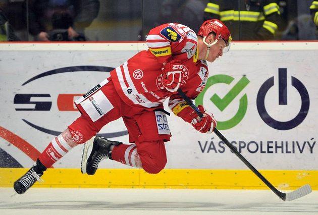 Třinecký útočník Martin Adamský v utkání s Hradcem.