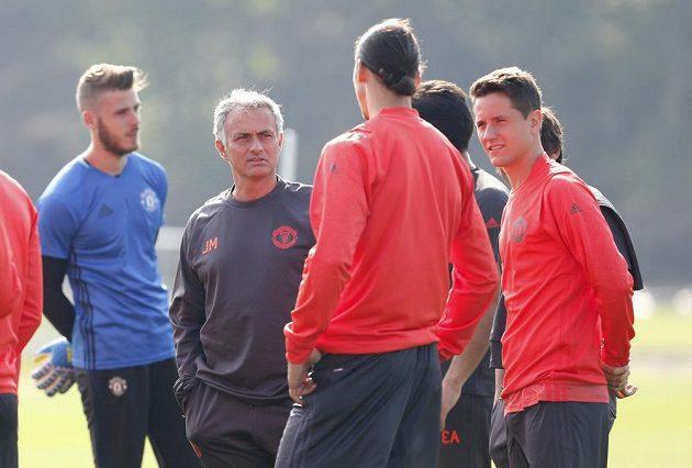 José Mourinho a Zlatan Ibrahimovic (zády) během tréninku.
