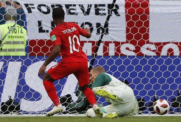 Anglický útočník Raheem Sterling tváří v tvář gólmanovi Švédska Robinu Olsenovi neuspěl.