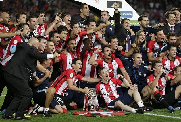 Fotbalisté Bilbaa s pohárovou trofejí.