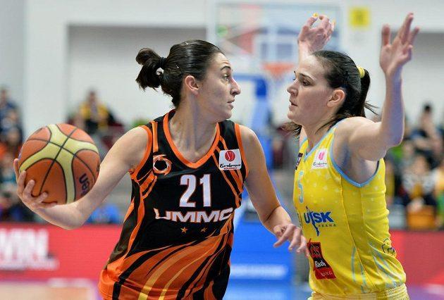 Albu Torrensovou z Jekatěrinburgu brání Sonja Petrovičová z USK Praha (vpravo).