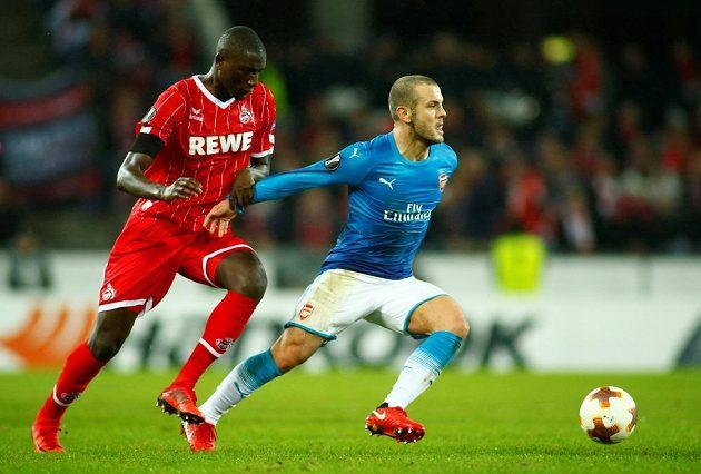 Jack Wilshere (vpravo) z Arsenalu v souboji se Sehrou Guirassym z Kolína nad Rýnem.