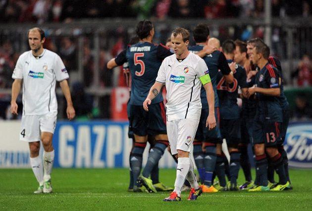 Plzeňský obránce David Limberský po třetím inkasovaném gólu během utkání základní skupiny Ligy mistrů s Bayernem Mnichov.