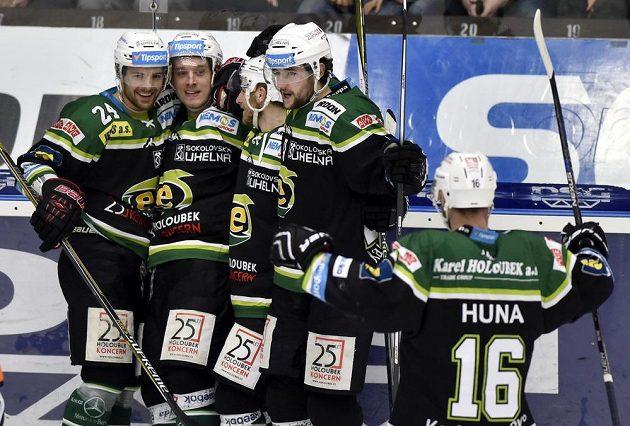 Hráči z Karlových Varů se radují z gólu na ledě Zlína.