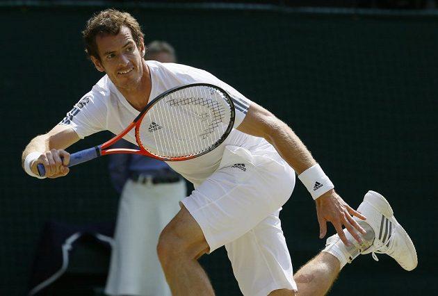 Murray se natahuje za míčkem.