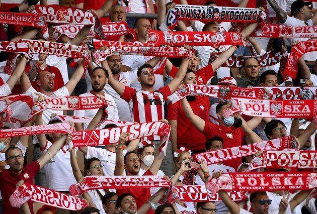 Polští fanoušci ženou své fotbalisty na zteč při utkání EURO se Španělskem.